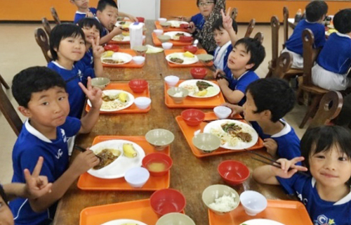 みんなでご飯も食べます!とっても楽しくて、とっても美味しいね!